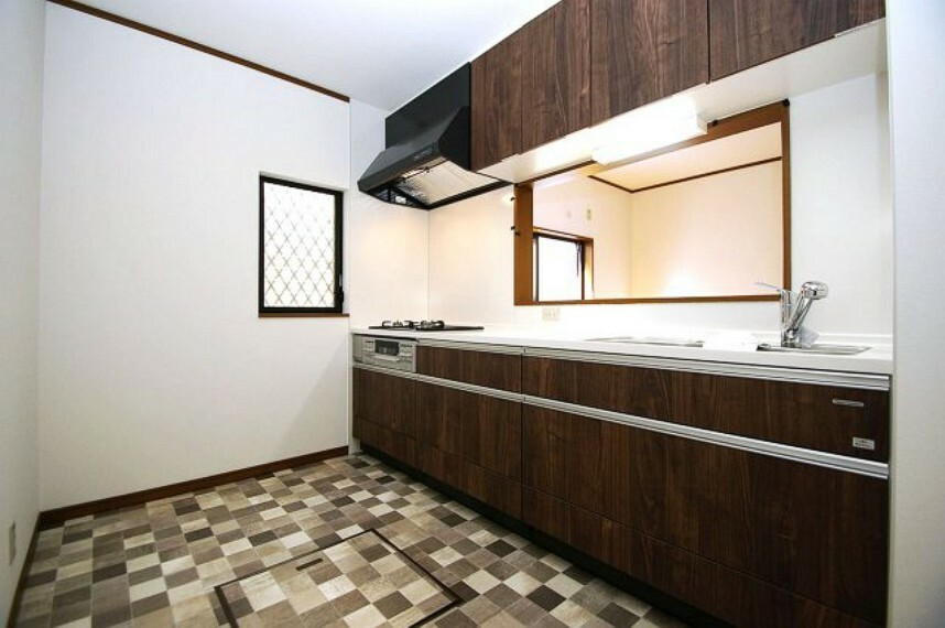 キッチン タカラスタンダード製のシステムキッチンを新調しました。窓付きで換気がしやすいキッチンです。