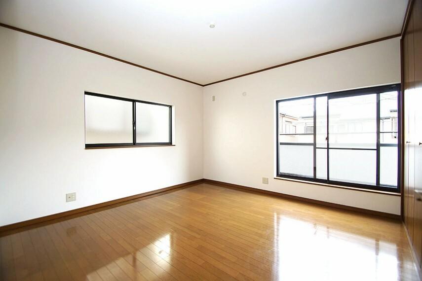 洋室 主寝室にもなる洋室約8帖。WIC内部共、クロスを張替えました。2階の全室バルコニーに面しています。