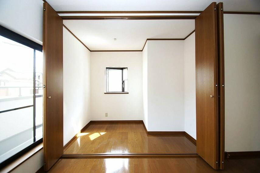 収納 洋室約8帖の小窓付きの広々としたウォークインクローゼット。テレワークスペースにも使える広さです。