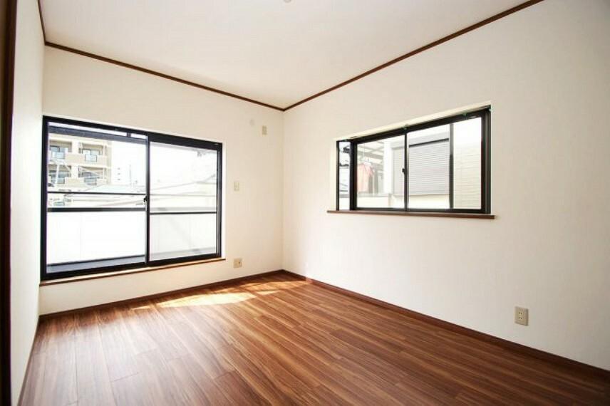 洋室 階段の正面。出窓付きでより広く明るく感じられる洋室約6帖。クロスとフロアタイルを張替えました。
