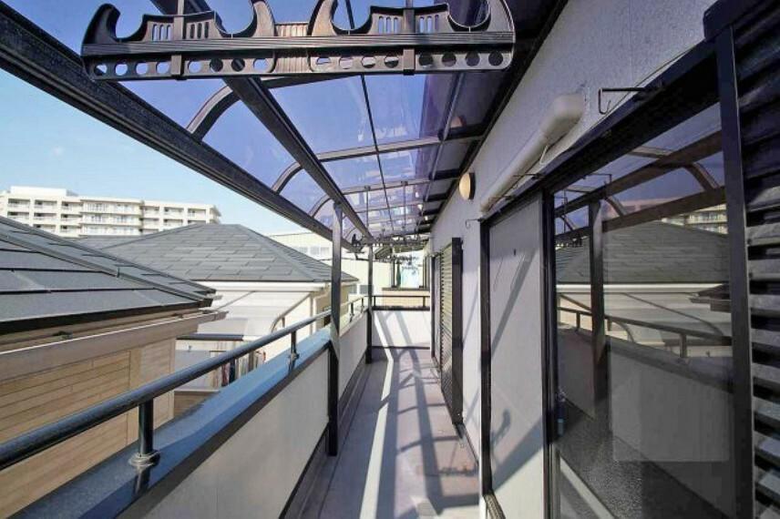 バルコニー 建物裏側の洋室2部屋に面したワイドな屋根付きのバルコニーです。建物の表側にもバルコニーがあります。