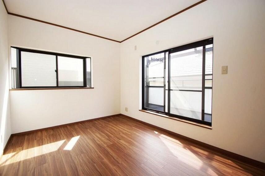 洋室 階段上がって左側の洋室約6帖。こちらも出窓付きで明るいお部屋。クロスとフロアタイルを張替えました。