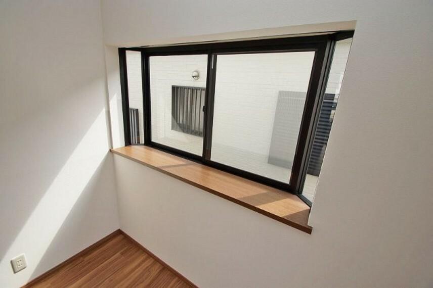 洋室 洋室2部屋にある出窓は、採光の確保以外に、空間に奥行きができて、実際以上に広く感じる効果があります。