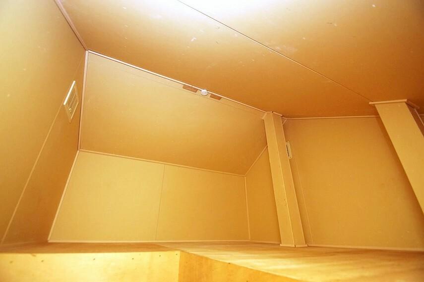 収納 2階の廊下の上部にある屋根裏収納。季節の家電や使用頻度が少ない物をしまっておくのに便利です。