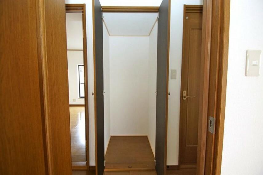 収納 2階廊下にある物入。仕切りがないので、背が高い物も収納可能。自由にカスタイマイズしやすい物入です。