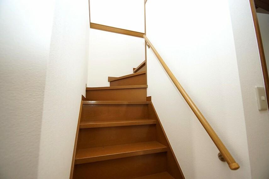 お子様やお年寄りに優しい手摺付きの階段。階段部分や2階の廊下の壁や天井クロスは張替え済みです。