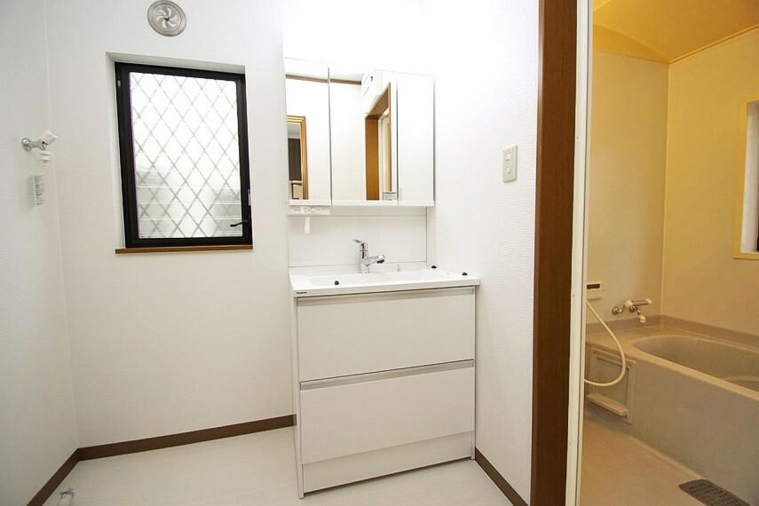 洗面化粧台 クロスや床のCFを張替え三面鏡付き洗面化粧台を新調済み。奥の物も出し入れしやすいスライド式収納です。