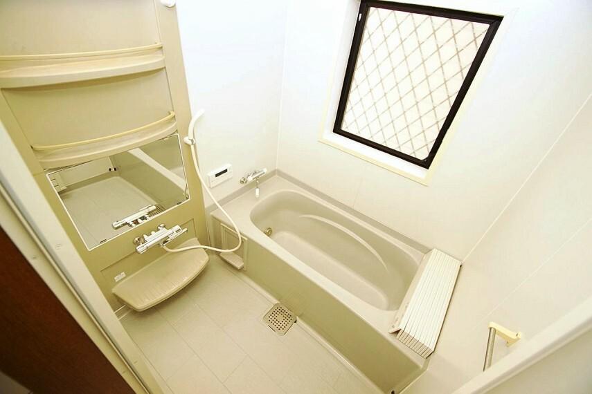 浴室 追い焚き機能付きのシステムバス。浴室の鏡やシャワー・浴槽のカランは新調済みです。