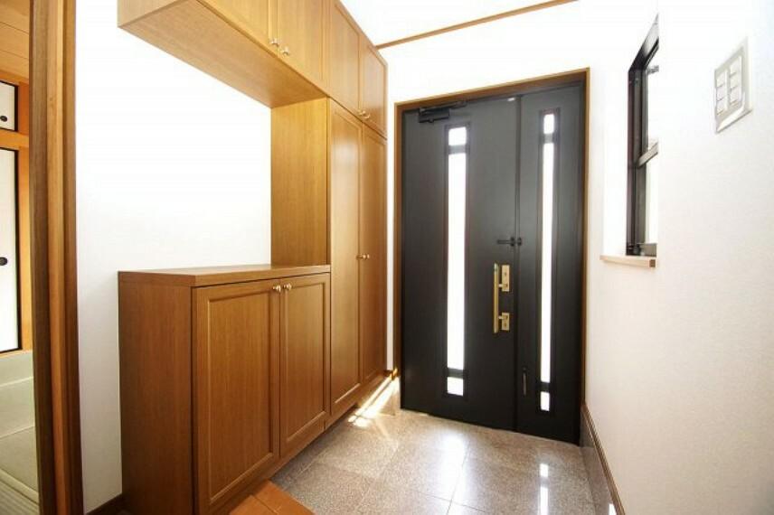 玄関 明り取りが付いた明るい玄関も、壁や天井クロスを張替え済み。大型下駄箱付きで、片付けしやすい玄関です。