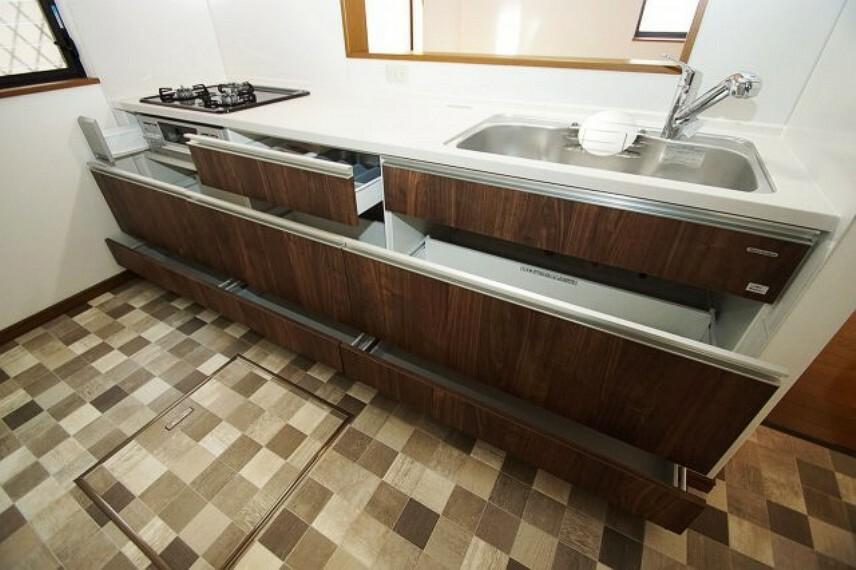 キッチン スライド式のキッチン収納。大きいフライパンなども出し入れしやすく、すっきりきれいに収まります。