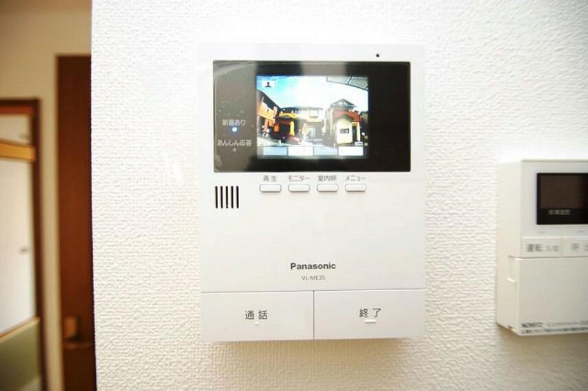 TVモニター付きインターフォン リビングには、留守中や防犯にも役立つ安心のテレビドアホン付きです。