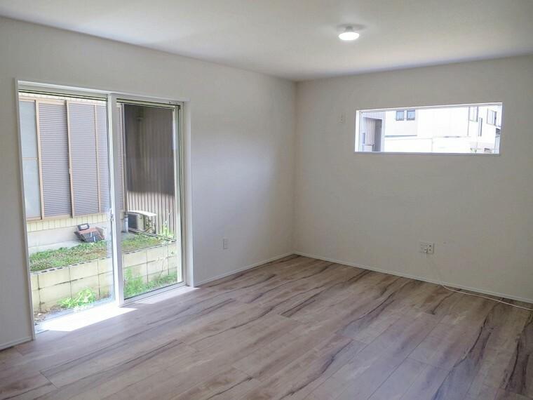 居間・リビング 内装はナチュラルな木目の床板が特徴的です。