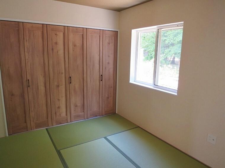 和室 6畳の和室は収納も充実!キッチン裏にあるので小さなお子様の遊び場にもおススメです。