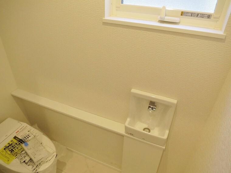 トイレ 手洗いカウンター付きトイレです。