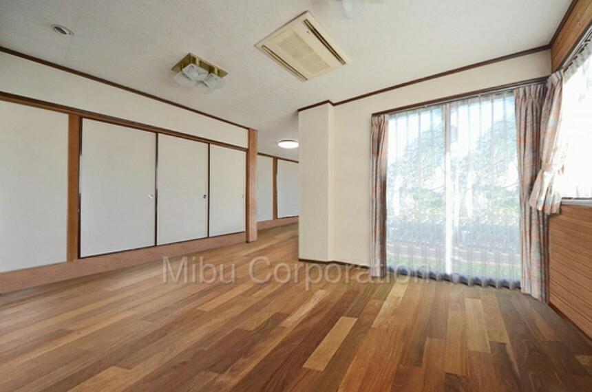 居間・リビング リビングからテラスまで出ることが出来ます。※家具をCGで除去しています。