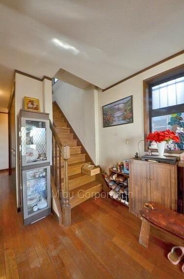 玄関 階段の幅も広いので、大きな家具も楽々運び入れる事が出来ます。