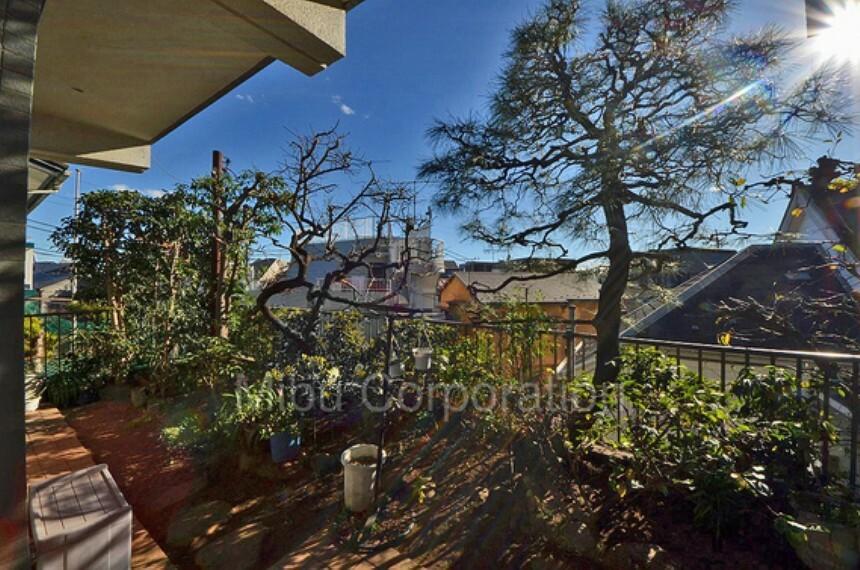 庭 家庭菜園が出来る広いお庭は日が燦々と降り注ぎます。