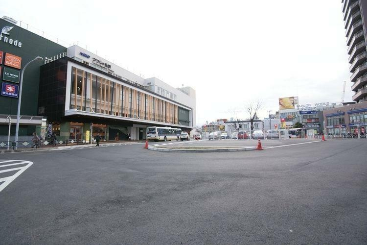つつじヶ丘駅(京王線) 徒歩23分。落ち着いた雰囲気ながら急行停車駅のため、最短19分で新宿にアクセスできます。大きなバスの停留場があり、駅の南北へのアクセスも良好。日々のお買いものは駅前の京王スト…