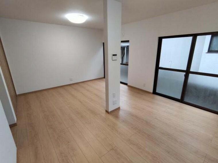 居間・リビング 【リフォーム済】LDKは隣接する和室を変更し、約12帖に拡大しました。南向きのお部屋で、窓からはあたたかな光が差し込みます。ご家族団らんの空間としてもお使いいただけます。床はフロア材を、壁、天井はクロス張り替え済です。