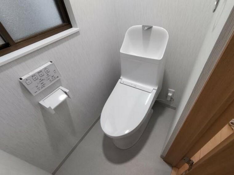 トイレ 【リフォーム済】トイレはTOTO製の洋式に新品交換済です。床はフロア材を、壁、天井はクロスも張り替え済です。直接肌に触れるトイレが新品なのは、嬉しいですね。