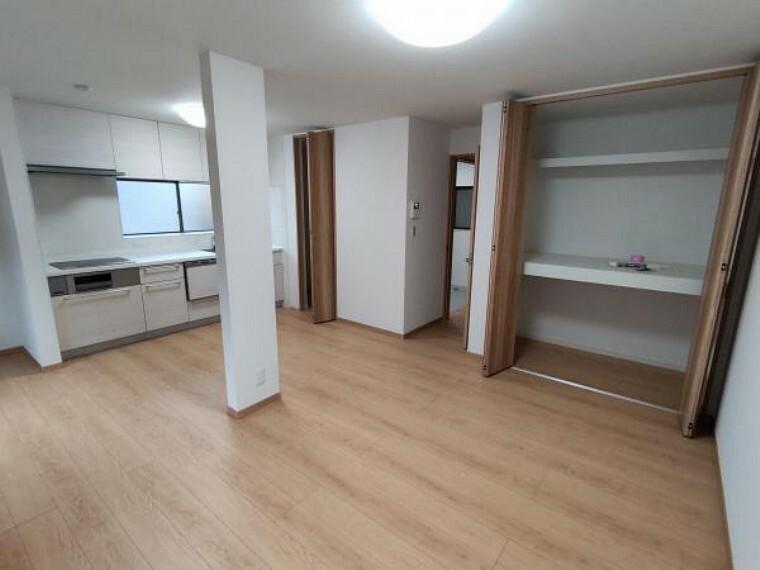 【リフォーム済】和室だった1室を繋げ、約12帖の広々としたLDKに間取り変更済です。キッチン横の収納は、パントリーとしてもお使いいただけます。省スペースでキッチンがすっきりしますね。