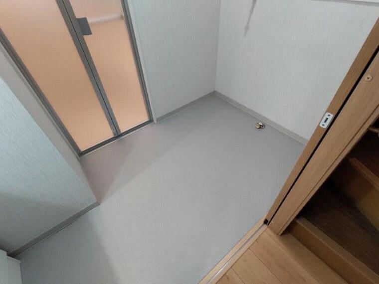洗面化粧台 【リフォーム済】洗面所の床はクッションフロアを、壁、天井はクロス張替え済です。洗面台も新品交換しています。直接肌に触れる水回りと洗面所が綺麗だと、心地良いですね。