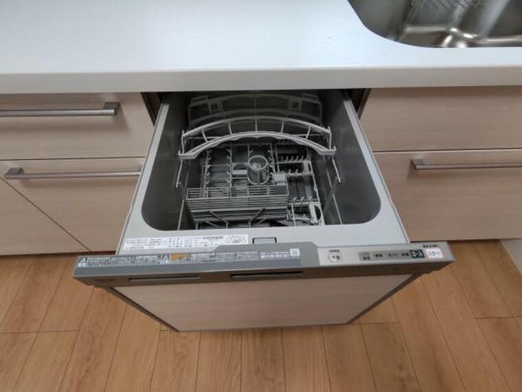 【リフォーム済】キッチンに備え付けの食器洗浄乾燥機です。面倒な洗い物を任せてしまえるのは、とても心強いですね。