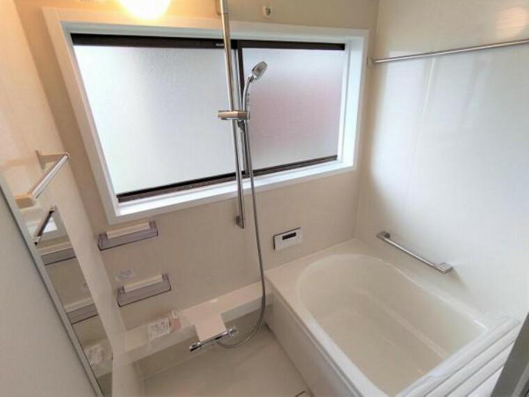 浴室 【リフォーム済】浴室はハウステック製のユニットバスに新品交換済です。綺麗な浴室なので、気持ちよく疲れが癒せそうですね。浴室乾燥機も完備なので、天気が悪い日のお洗濯物も安心です。