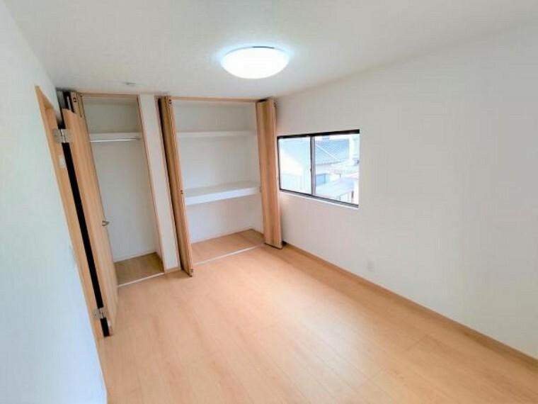【リフォーム済】2階の洋室も床はフロア材を、壁、天井はクロス張替え済です。ドア側の収納は、コートなどの背の高いお洋服も楽に収納していただけます。