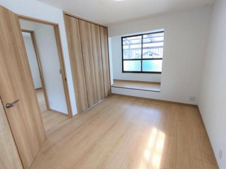 【リフォーム済】2階の洋室も床はフロア材を、壁、天井はクロス張替え済です。こちらのお部屋にも収納が2つ完備されているので、趣味の道具を収納しておくのも良いですね。