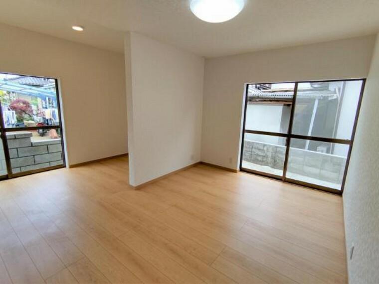 【リフォーム済】1階の約10帖の洋間です。床はフロア材を、壁、天井はクロスを張り替え済です。照明も新品に交換済みです。明るい色のお部屋で、気持ちよく過ごせそうですね。