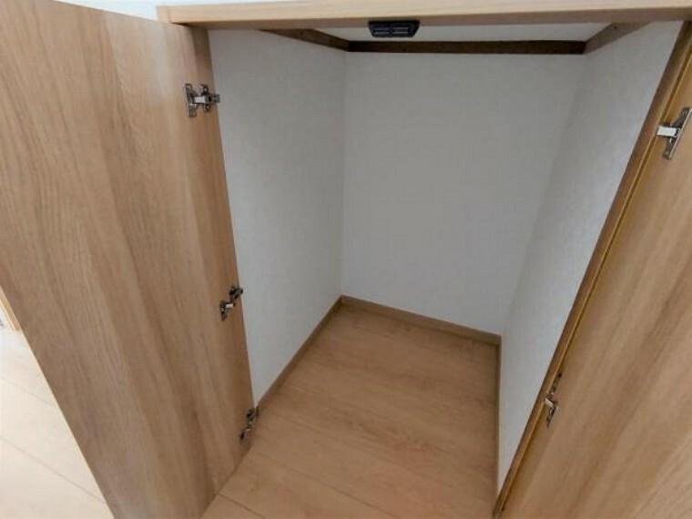 収納 【リフォーム済】階段下収納です。使わない季節物を収納しておけば、他の収納をゆったり使うことができますね。