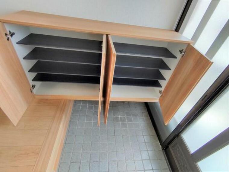 玄関 【リフォーム済】シューズボックスを付けています。お子さんのいるご家庭でも靴を整理できそうですね。