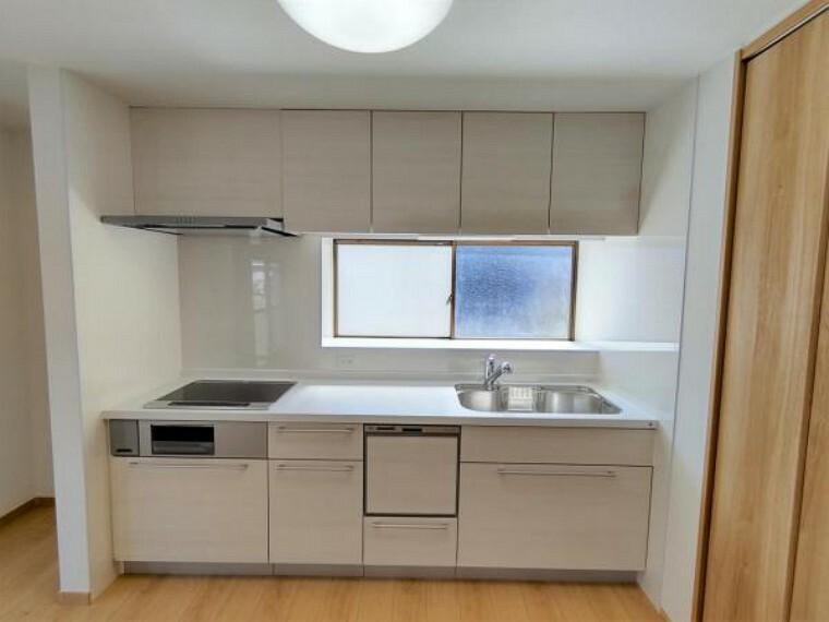 キッチン 【リフォーム済】キッチンには吊戸棚がついています。キッチン自体の引き出しと合わせて、豊富な収納が完備されています。キッチン周りの収納が多いと便利ですね。