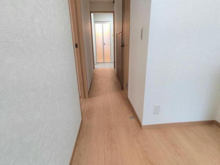 【リフォーム済】廊下です。床はフロア材を、壁、天井はクロス張り替え済です。玄関に入ってすぐに目に入る場所なので、綺麗だと嬉しいですね。