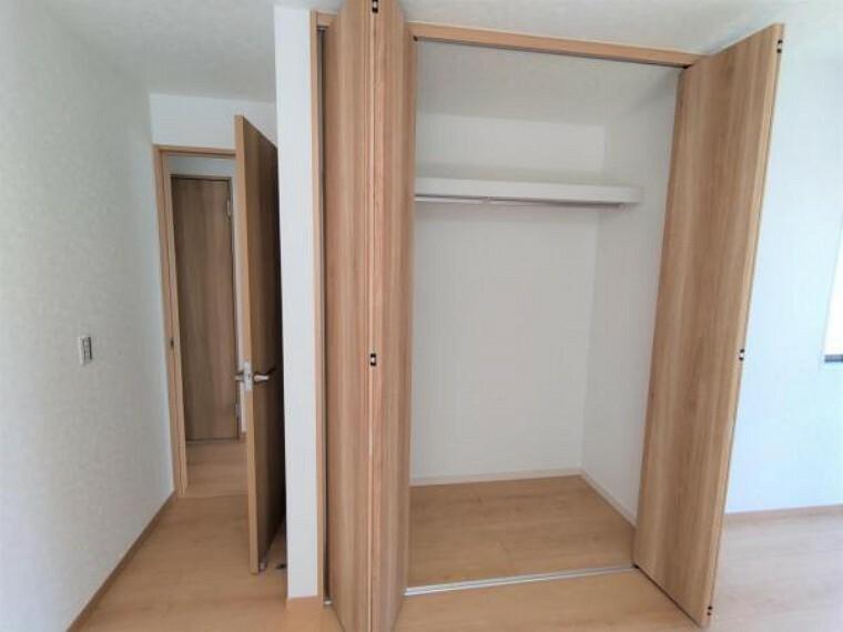 収納 【リフォーム済】1階洋間の収納です。仕切りの位置が高めなので、下を長丈のお洋服、上を普段使わない物を置くスペースとして使い分けることもできます。