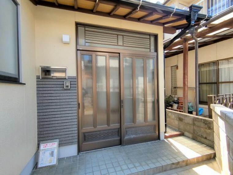玄関 【リフォーム済】玄関周りの外壁は、塗装済です。カギも交換済なので、安心です。綺麗な玄関に迎えられると、気持ち良いですね。