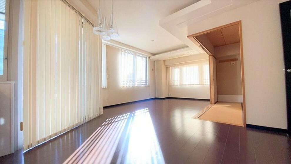 居間・リビング リビングは広々とした設計で、家族が集い、寛ぐ暮らしの空間を演出しています。将来にわたって住みやすくプランニングを重ねて設計された間取で日々の生活をしやすい導線を考えた居住空間を創り上げております。