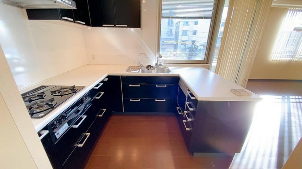 キッチン コの字型のキッチンでシンク・調理台とコンロの作業スペースを確保したキッチンです。食材の準備や食器洗いなど水回りのスペースと火を使うスペースを分けることで安全面と衛生面に配慮したキッチンとなっています。
