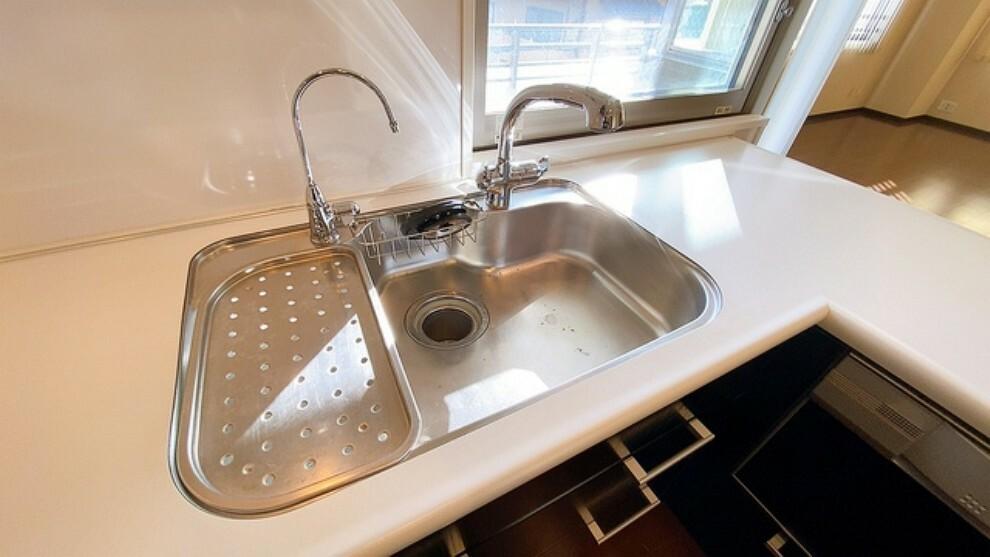 キッチン 幅の広いステンレス製シンクで洗い物が楽々。シンクには普通水栓と浄水機能付き水栓が併設されています。