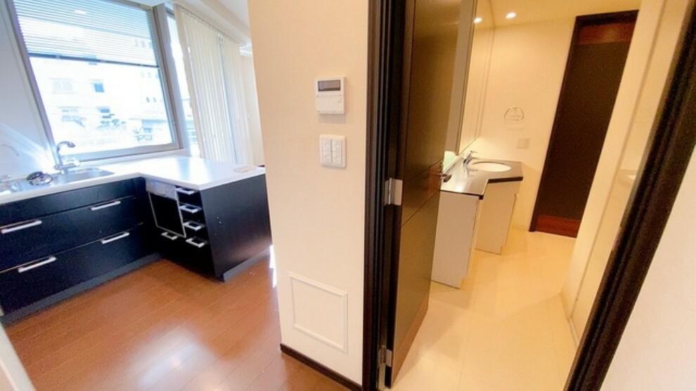 キッチン 洗面所とキッチンがウォークスルーになっているので家事動線に優れた設計になっています。