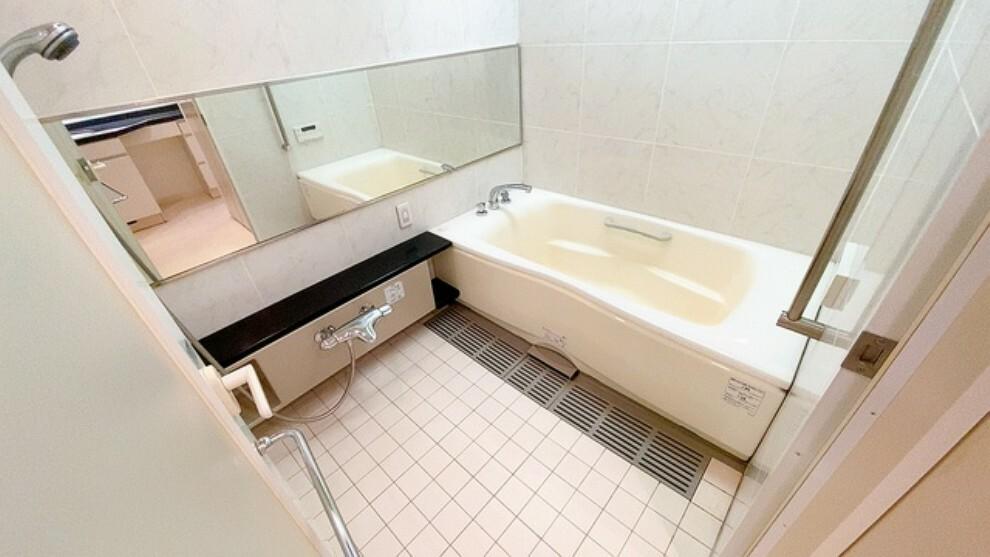 浴室 1日の疲れを癒すくつろぎのバスルーム。足を伸ばしてもゆったりと入れるサイズです。お子様と一緒にお風呂に入っても狭くないですね。
