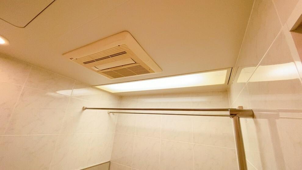 浴室 雨の日の洗濯も安心できる浴室暖房乾燥機付き浴室。浴室上部には洗濯物を掛けられる物干し竿が設置されています。