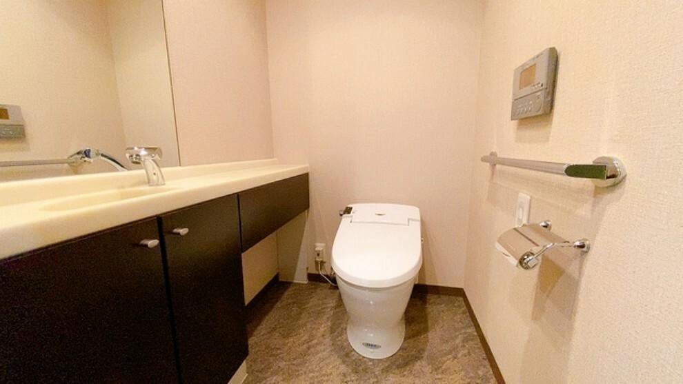 トイレ 温水洗浄機付トイレです。節水機能もあるので、安心して使えますね。大型ミラーの洗面台も付いています。
