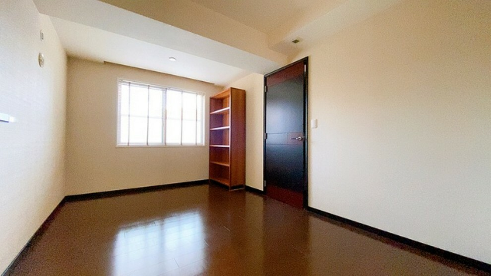 寝室 7.8帖の落ち着いた雰囲気の寝室です。大容量のクローゼットも完備しています。