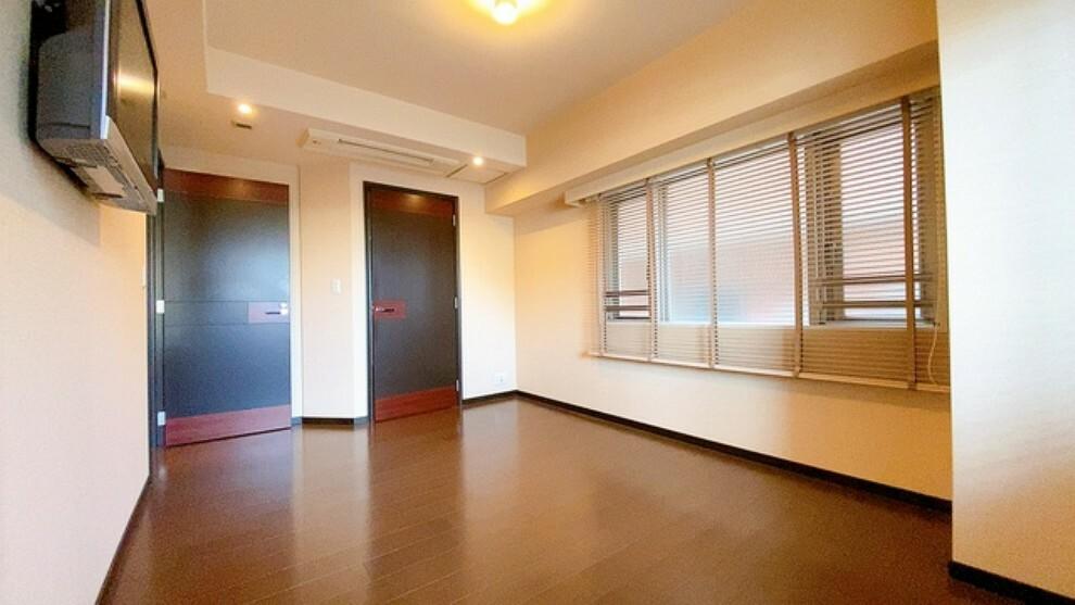 寝室 約9帖の落ち着いた雰囲気の寝室です。ダブルベッドも余裕で配置できます。大容量のウォークインクローゼットも完備しており、洋服のみならず様々な物が納められる広さです。扉付きでスッキリできます。