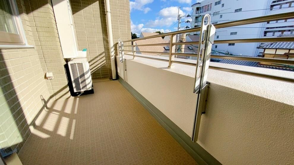 バルコニー 幅広のインナーバルコニーは洗濯物を守りやすく、眩しすぎる日差しも和らげます。