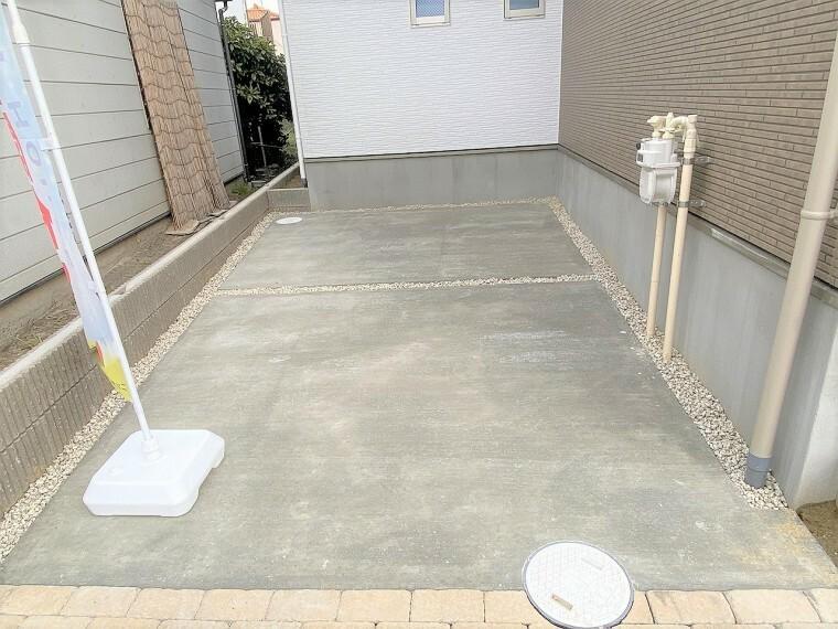 駐車場 駐車スペースは2台分 物件の両側に停める並列タイプになっています