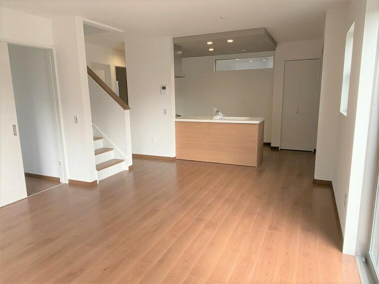 居間・リビング ナチュラルブラウンが暖かい印象のLDKです。人気のリビング階段で家族のコミュニケーションも増える嬉しいデザイン