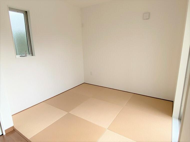 和室 淡いブラウンの畳コーナーはブラウンのLDKにもなじみやすくお洒落な雰囲気です